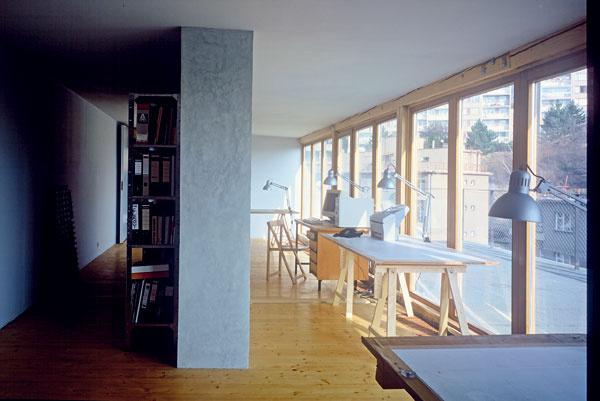 Originálne dvojpodlažné podkrovie je dielom dvojice architektov. Na poschodí vznikol priestor na spoločný ateliér.
