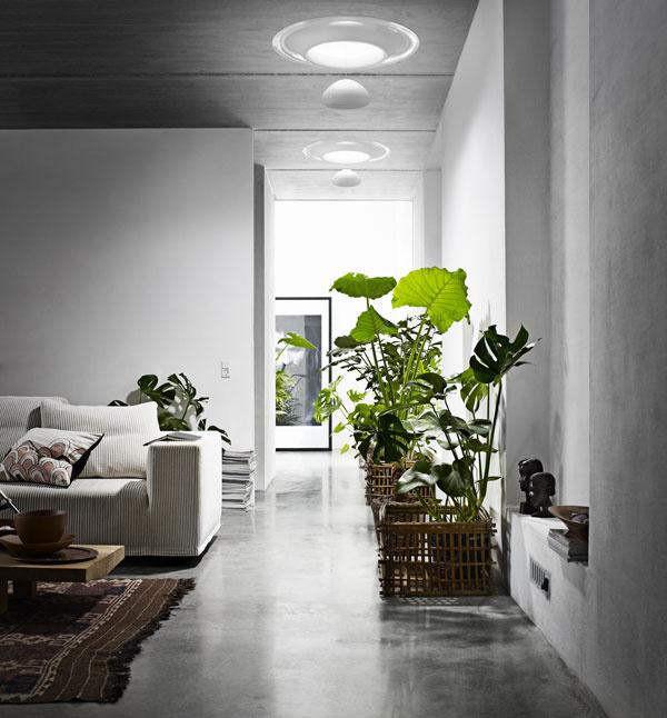 """Pomocou svetlovodu sa dá priviesť denné svetlo aj do chodieb vcentre dispozície alebo tmavých, príliš hlbokých priestorov. Anglický dizajnér Ross Lovegrove pritom navrhol pre štandardný svetlovod VELUX atraktívne riešenie interiérovej časti, ktoré ho premenilo na """"lampu na denné svetlo"""" – zavesená reflexná kvapka je nielen estetická, ale prispieva aj klepšiemu rozptylu denného svetla vinteriéri. Dĺžka zavesenia reflexnej kvapky sa dá meniť, čím sa upravuje aj odraz svetla. Nápad ocenila odborná porota prestížnym Red Dot Design Award aGreen Good Design 2010."""