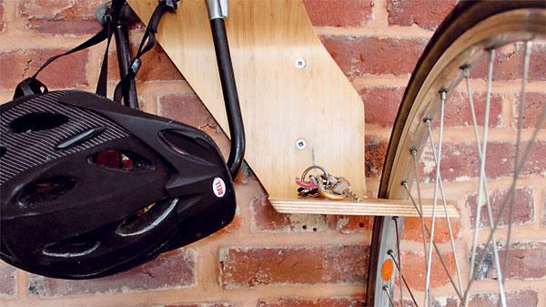 Podobný problém riešili aj vo firme Clank Works zPensylvánie. Vytvorili držiak na bicykel snázvom Perch – funkčnú sochu, ktorá poslúži ako na upevnenie bicykla na stenu, tak aj na umiestnenie ďalších vecí potrebných pri bicyklovaní, napríklad helmy, bundy či kľúčov. Ak tu bicykel nie je, ostane umelecký artefakt zohýbanej laminovanej preglejky.