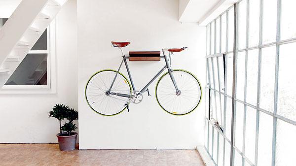 Christian Brigham zo San Francisca počas návštev upriateľov vmalých bytoch neustále premýšľal, kam elegantne uložiť bicykel. Snažil sa vymyslieť prvok, ktorý udrží bicykel nad podlahou apritom jeho umiestnenie nebude pôsobiť ako vgaráži. Tak vznikla bicyklová polička – jednoduchá aelegantná.