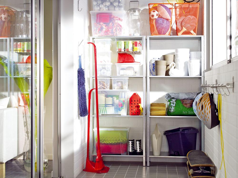 Ak sa vám zdajú bežné police vkúpeľni nudné auzavreté skrinky by zmenšili priestor, pohrajte sa stvarmi, farbami arozložením menších poličiek.