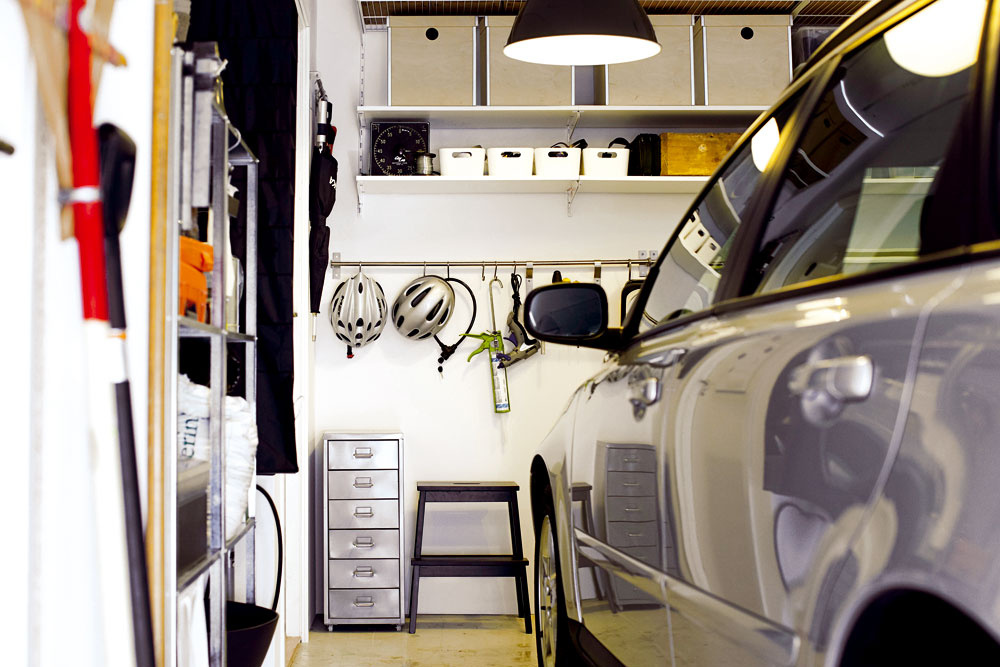 """Garáž či kôlňa sú ideálne na uskladnenie všetkých väčších aj menších vecí, ktoré by doma prekážali. Dôležité je nechať """"systém chaos"""" pre dverami avyužiť steny na ozajstné úložné systémy, ktoré poskytnú prehľad vukladaní."""