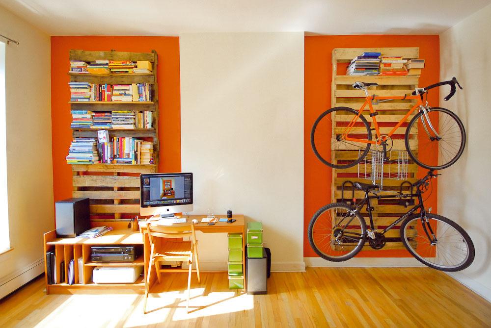 Výborný alacný nápad mal aj Chris Meierling, ktorý využil staré palety avytvoril znich police na stenu atakisto úložný systém na bicykle. Palety sú vlastne pozadím apodkladom na umiestnenie hákov, na ktoré sa zavesia bicykle acyklistické príslušenstvo.