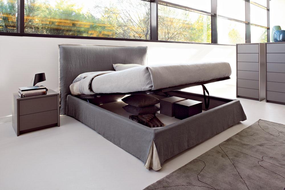 Možností na vytvorenie veľkého úložného priestoru je dosť aj vmalom byte, treba len hľadať. Napríklad útroby postele poskytnú miesto aj na skladovanie lyží, či iného športového náradia. Ak máte posteľ spevnou konštrukciou, využite priestor pod ňou. Dôležité je nevytvoriť tam chaos voľne pohodených vecí, ale usporiadaný úložný priestor.