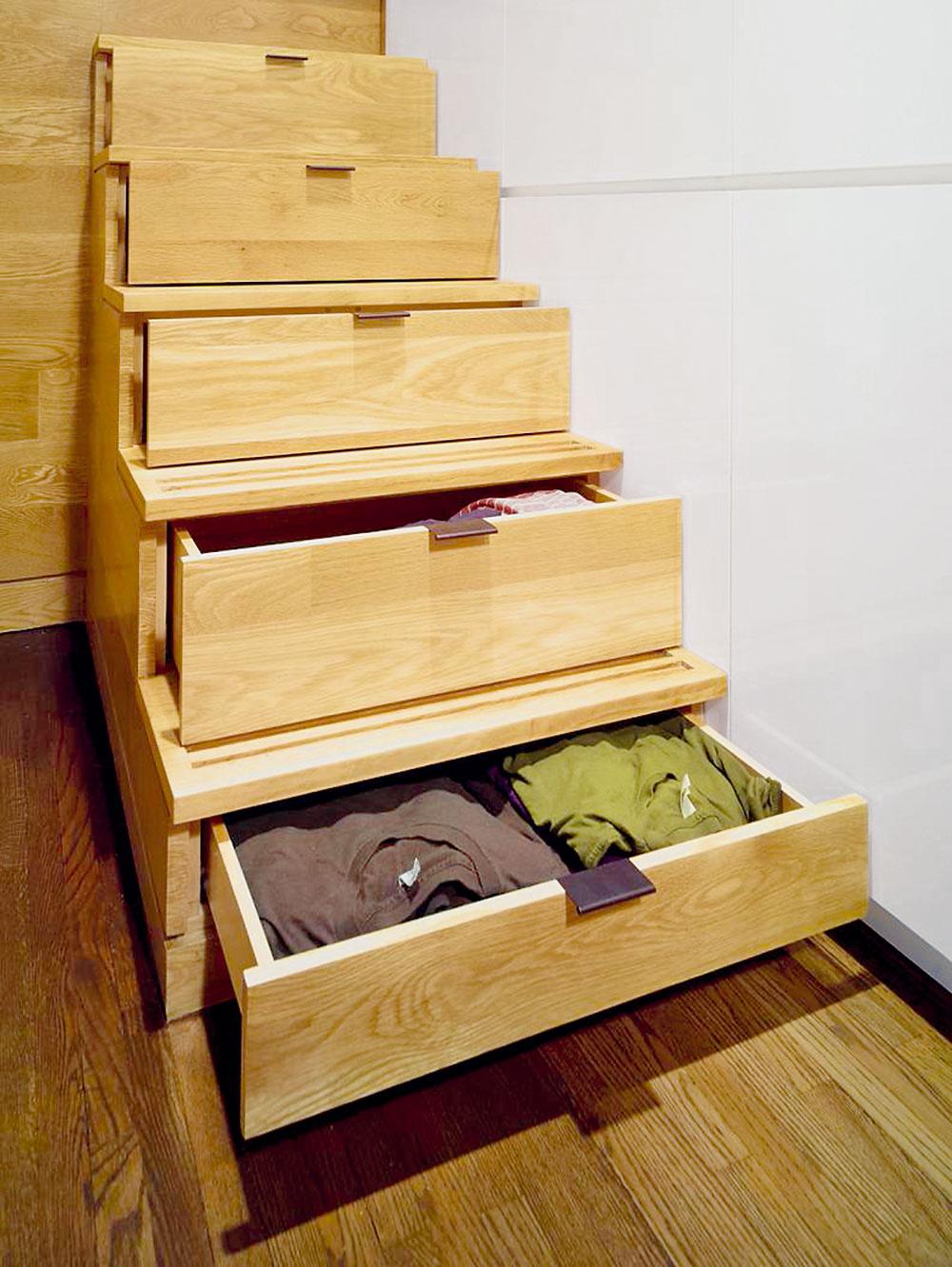 Aj obyčajné drevené schody vsebe ukrývajú možnosti na skladovanie. Nič veľké sem síce neuložíte, ale na množstvo drobností alebo aj oblečenie sa tu nájde dostatok miesta.