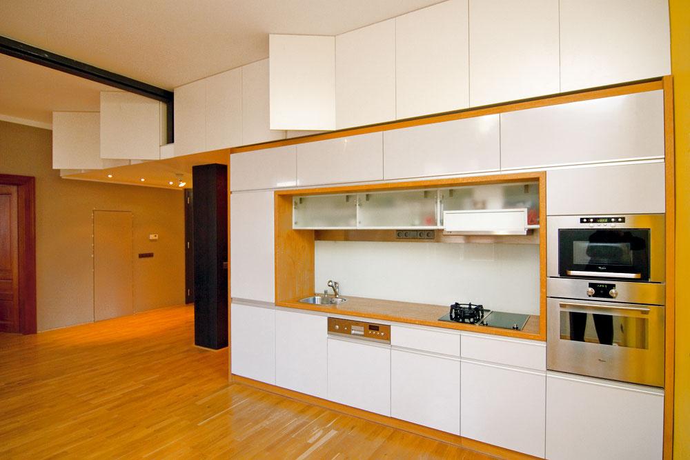 Ak máte možnosť využiť výšku priestoru, neváhajte ainšpirujte sa šikovným odkladacím priestorom pod stropom.