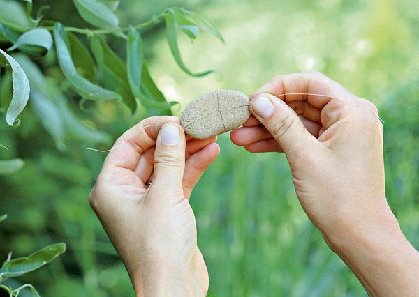 2. Drôtikom obmotajte kamienok, akoby ste balili balíček.