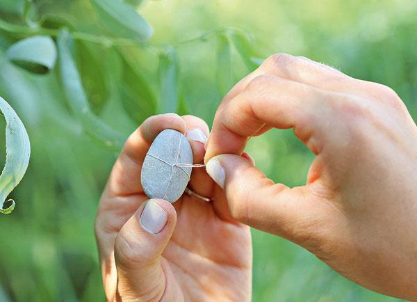 10. Pripravte si ďalší kameň. Ak chcete mať koráliky na ňom aj spredu, prevlečte popod prekríženie krátky drôt.