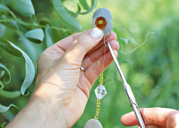 13. Drôt obmotajte aodstrihnite. Takto pokračujte niekoľkokrát, akoby ste si pripravovali ozdobnú retiazku. Týchto retiazok vyrobte 8 kusov.