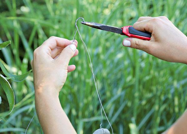 18. Všetky štyri drôty na konci spojte, zatočte avytvorte háčik na zavesenie.