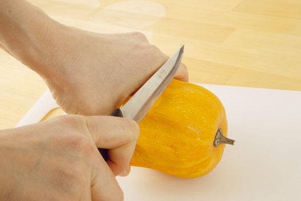 1. Tekvicu, najlepšie guľatého tvaru, rozrežte približne na polovicu a lyžicou vyberte vnútro.