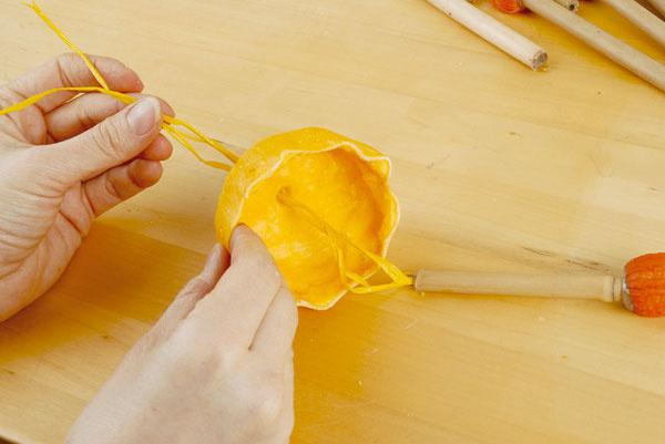 5.Cez drôtené očko a dierku v tekvici prevlečte lyko.