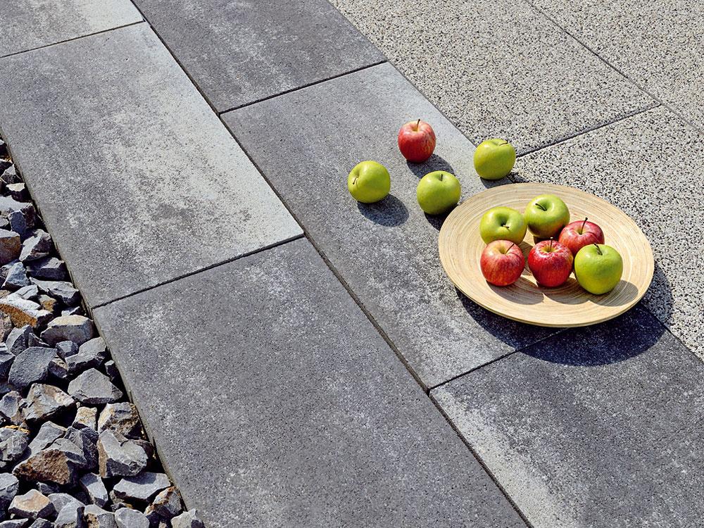 Priestor pre XXL  Elegantné ačisté dláždené povrchy sú dnes aktuálnym trendom – sú ideálne na dotvorenie veľkorysej modernej architektúry, ktorú charakterizuje otvorený priestor avzdušnosť. Perfektným materiálom na rozsiahle terasy sú pritom veľkoformátové dlažby. Širokú škálu rôznych typov kvalitných veľkoformátových betónových dlažieb nájdete vponuke spoločnosti InVest pod značkou Grando: sériu Grando Zóna charakterizujú ostré hrany aprírodná farebnosť. Kdispozícii sú dlaždice rozličných veľkostí vharmonicky zladených miešaných odtieňoch, zktorých tak možno vytvárať celkom originálne plochy. Dlažba Grando Delgádo má zasa výrazný, vymývaný povrch, ktorý pôsobí exkluzívne adodá terase či inej spevnenej ploche nádych luxusu. www.dlazby-in.sk