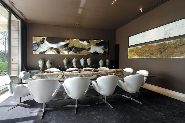 Ani interiér jedálne nás nenecháva chladnými. Len si všimnite originálnu zbierku voskových sviečok ...