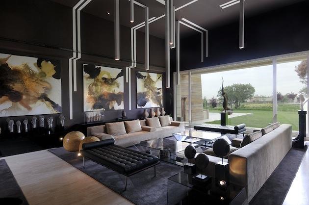 Asi nám dáte za pravdu, že najpozoruhodnejším miestom je obývačka, ktorá sa nachádza v zadnej časti domu s veľkou presklennou stenou, čo z nej robí najsvetlejšiu miestnosť v dome. Paradoxne, obývačky bývaju častokrát skôr nepresvetlené a pochmúrne.
