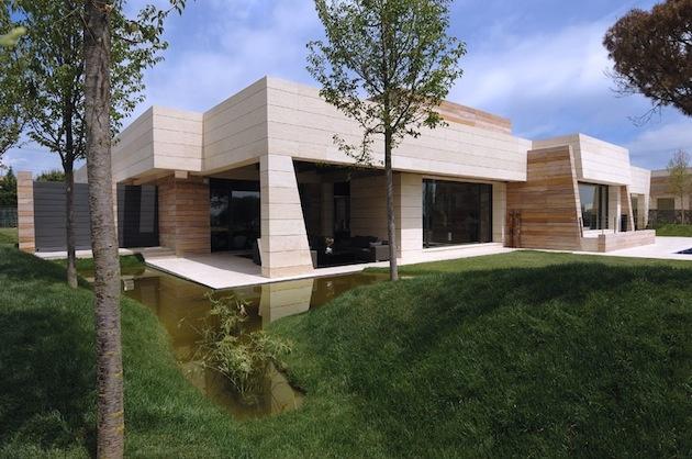 Vila je obklopená krásne upravovanou zeleňou.