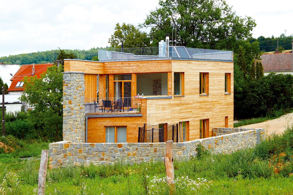 Okamenný múr sa zjuhu opiera ľahká drevená konštrukcia acelý dom je pozalamovaný anatočený tak, aby mal hlavnú expozíciu zo slnečnej, južnej strany, azároveň aj výhľad na sever. Kamenný dvorček pred domom chráni drevostavbu pred bahnom, ktoré sa pri dažďoch splavuje zneďalekého poľa – časom bude držať ochrannú ruku nad domom aj zeleň.