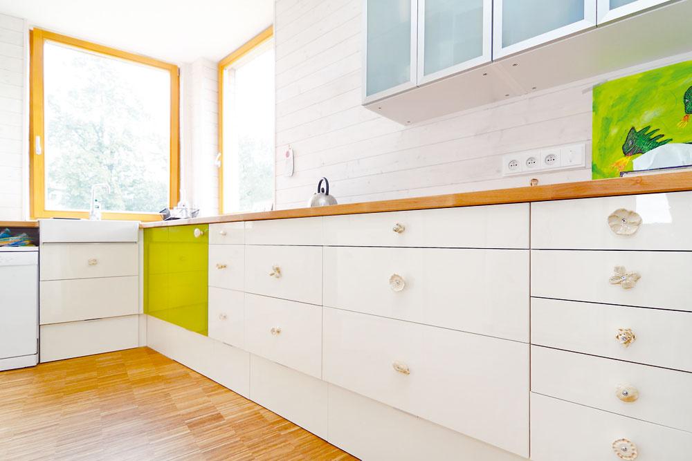 Príjemne jednoduchú kuchyňu si domáci vyskladali zponuky Ikey – len si kštandardným skrinkám nechali urobiť vyšší sokel, keďže obaja sú vysokí. Netypický, 102-stupňový uhol vrohu vyriešila medzera medzi skrinkami, ktorú skryla na mieru prirezaná pracovná doska.