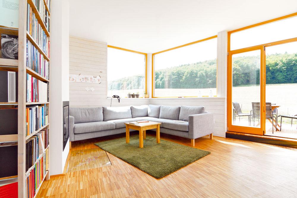 Interiéru dali základ povrchové úpravy – hladké biele plochy adrevo natreté na bielo na stenách, tmavá dlažba adrevo na podlahe. Tie určili aj štýl zariaďovania, pri ktorom sa domáci vzácne zhodli: vybrali si vybavenie vprírodných, bielych asivých neutrálnych tónoch, tak, aby nekonkurovalo krajine za oknami.