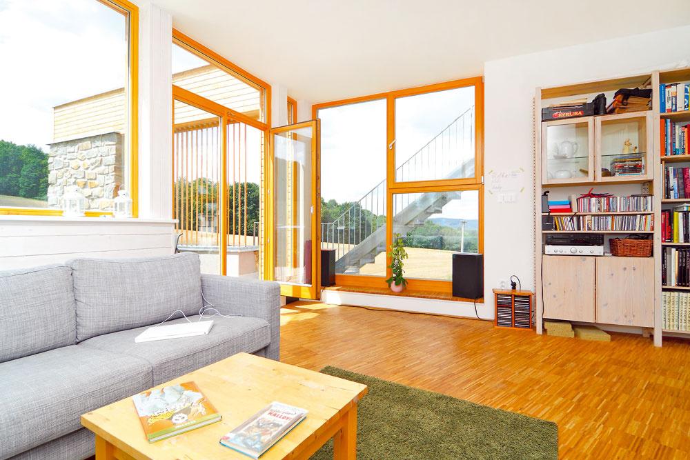 Jedna zpožiadaviek investorov znela: veľa svetla, ale nie obrovské okná. Splnené. Takto môže okolitá krajina vstúpiť až do interiéru. Bolo by predsa škoda nevyužiť, že dom stojí na takomto úžasnom mieste.