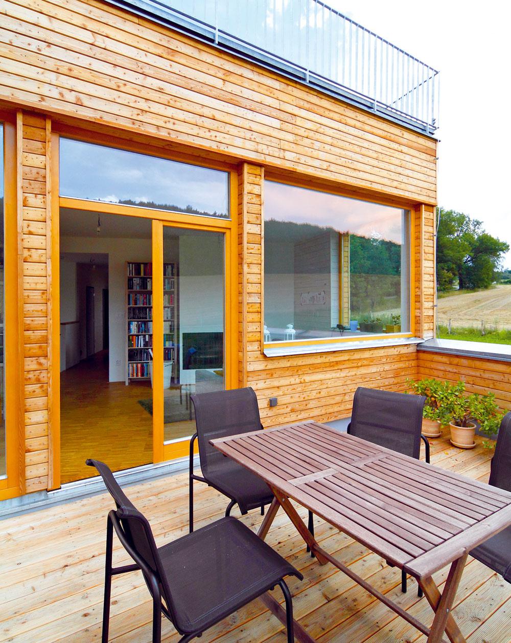 Prirodzeným pokračovaním obývačky je drevená terasa.