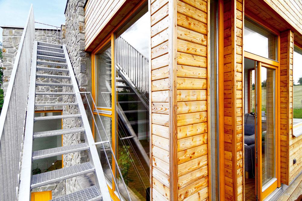 Oceľové vonkajšie schody vedú zterasy pred obývačkou na zelenú strechu – rozhľadňu. Aby sa dala využívať naozaj naplno, je tu spevnená plocha aprivedená voda.