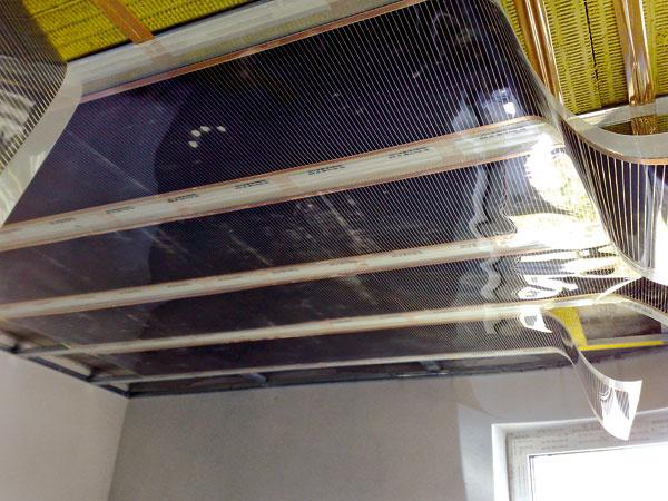 Elektrické stropné fólie pri stropnom vykurovaní možno inštalovať aj pod sadrokartónové dosky.