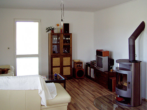 Kozubová pec vobývacej izbe plní funkciu záložného zdroja pri prípadnom výpadku elektrickej energie.