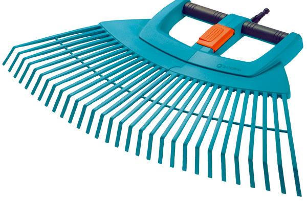 Vejárové plastové hrable Gardena 3107 Combisystem XXL vario sú vďaka pracovnej šírke 77 cm optimálne na rozsiahle ačasovo nenáročné hrabanie opadaného lístia či pokosenej trávy. Dajú sa ľahko arýchlo rozdeliť na dve časti, na pohodlný zber pohrabaného materiálu. Možno ich zložiť aúsporne skladovať. Na zaistenie stability obsahujú integrovanú hliníkovú rúrku. Sú vhodné na všetky násady Gardena combisystem. Záruka 25 rokov. Odporúčaná cena 26,99 €.