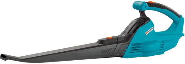 Ľahký ajednoducho použiteľný fúkač Gardena AccuJet 18-Li na rýchle aúčinné sfúkavanie lístia, odstraňovanie drobných nečistôt zterás, príjazdových ciest agaráží. Optimálny komfort zaručuje ergonomická rukoväť smäkkým držadlom akompaktné rozmery umožňujú úsporné skladovanie. 18 Vlítium-iónová batéria anabíjačka sú súčasťou balenia. Odporúčaná cena 109,99 €.