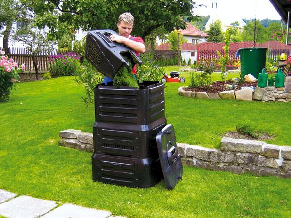 Zhora uzatvárateľný kompostér K390 má kapacitu až 400 litrov ahmotnosť 13 kg. Vjeho spodnej časti sú dvoje praktických dvierok, ktoré umožňujú ľahké odoberanie hotového humusu. Pomôže recyklovať až 30 % celkového domáceho bioodpadu. Cena 35,90 €. Predáva Mountfield.
