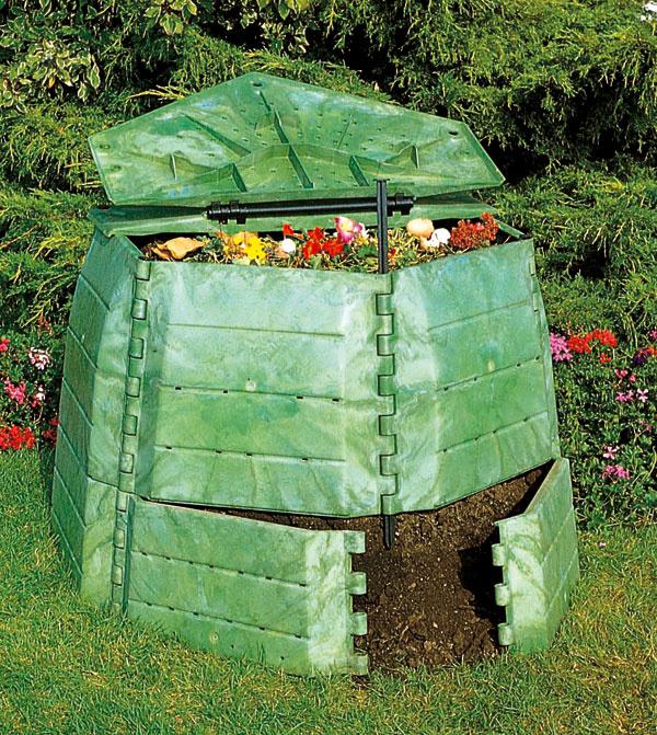 Kompostér JRK 800 Premium sobjemom 800 litrov patrí kšpičke na trhu. Výška 85 cm, priemer podstavy 129 cm, hmotnosť 21 kg. Cena 129 €.