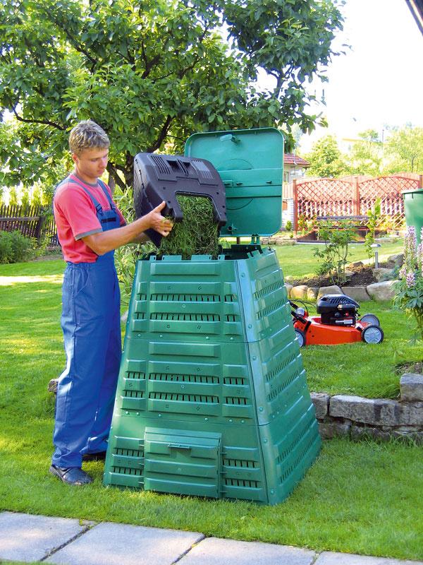 Kompostér JRK 700 Profi sobjemom 720 litrov má nenápadný vzhľad, ktorý splynie so záhradou. Výška 90 cm, základňa 94 × 94 cm, hmotnosť 20 kg. Cena 88 €.