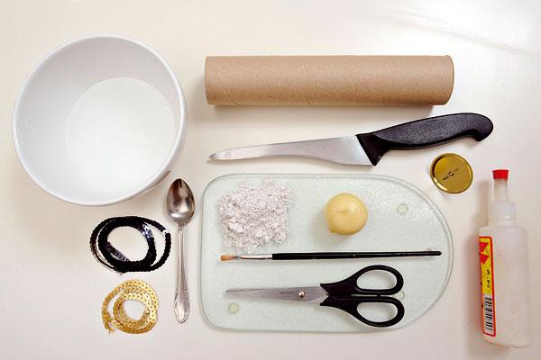 Čo budete potrebovať  sadru  vodu  misku na miešanie  čajovú lyžičku  flitre na nitke  lepidlo  nožnice  papierovú rolku, napríklad zpapierových utierok  nôž  bodec na sviečku  podložku  štetec  sviečku