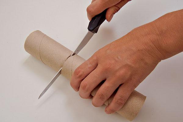 1.Nožíkom odrežte zpapierovej rolky zvolenú veľkosť. Môžete si vyrobiť ipartiu rôzne vysokých sviečok.