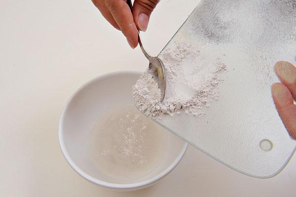 2.Sadrový prášok vsypte do vody arozmiešajte.