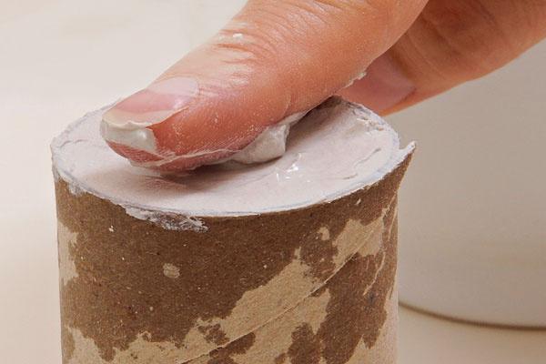 4.Zarovnajte povrch – buď prstom, alebo opačnou stranou nožíka.