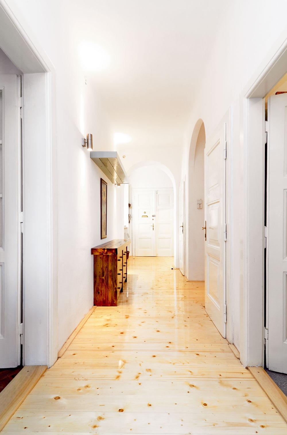 """Vysoké stropy apôvodné kazetové dvere sa priznávajú kminulosti spred takmer 90 rokov. """"Neviem pochopiť, prečo si ľudia kúpia starý byt, apotom sa snažia prerobiť ho na moderný – znižujú stropy, vyhadzujú staré dvere... Ja som sa, naopak, snažil robiť do pôvodného vybavenia čo najmenej zásahov,"""" hovorí autor interiéru, architekt Viliam Krížik. Aj vďaka tomu stál materiál potrebný na rekonštrukciu len asi 6 000 €."""