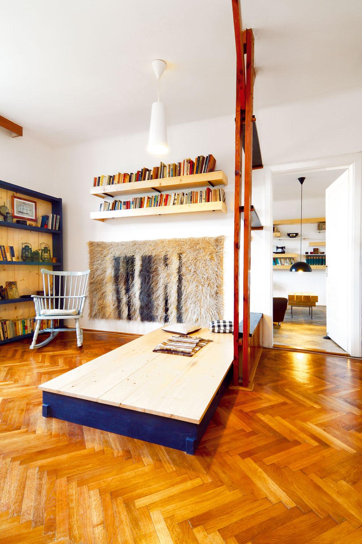 """Drevenú konštrukciu, ktorá mala rozdeliť velikánsku obývačku na menšie časti, kedysi urobil niekdajší domáci pán. """"Ja by som to dnes asi nerobil, ale chcel som tu motív predelenia zachovať ako istú stopu minulosti. Tiež sa mi páči princíp rozdelenia miestnosti na viac funkčných celkov."""""""