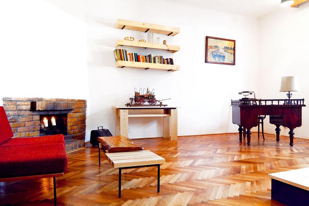 """Opačná strana obývačky je ukážkou eklektického prístupu: starožitný písací stôl slampou atelefónom navodzujú atmosféru Legiodomov zčias, keď boli novostavbami, gauč so zváranou jäklovou konštrukciou zasa reprezentuje nábytok zo 70-tych rokov. """"Navrhol avyrobil ho priateľ domácich – architekt. Bolo to zlaté obdobie, keď unás takéto veci vznikali. Varchitektúre sa vtedy slovenskí tvorcovia ako napríklad Talaš alebo Milučký snažili prepojiť teóriu funkcionalizmu setnoprvkami. Mám toto obdobie veľmi rád aaj vo svojej tvorbe sa snažím opodobnú filozofiu – vnášať do súčasnej moderny aminimalizmu prvky slovenskej kultúry atradícií."""""""