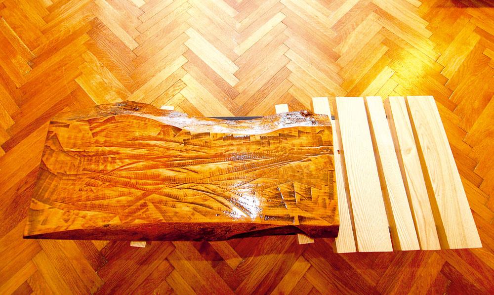 """Podľa architekta Krížika existujú takzvané brownfieldy aj vinteriéroch: """"Aj tu sú nevyužité či schátrané nábytkové prvky, zktorých však môže vzniknúť zaujímavý nápad."""" Napríkladkpôvodnému gauču doplnil konferenčný stolík spodnožou zrovnakých jäklových profilov: """"Ostali zkresiel aostatných kusov nábytku. Využil som ich adoplnil okompozíciu zdrevených hranolov asamorastu, ktorý bol takisto vbyte."""""""