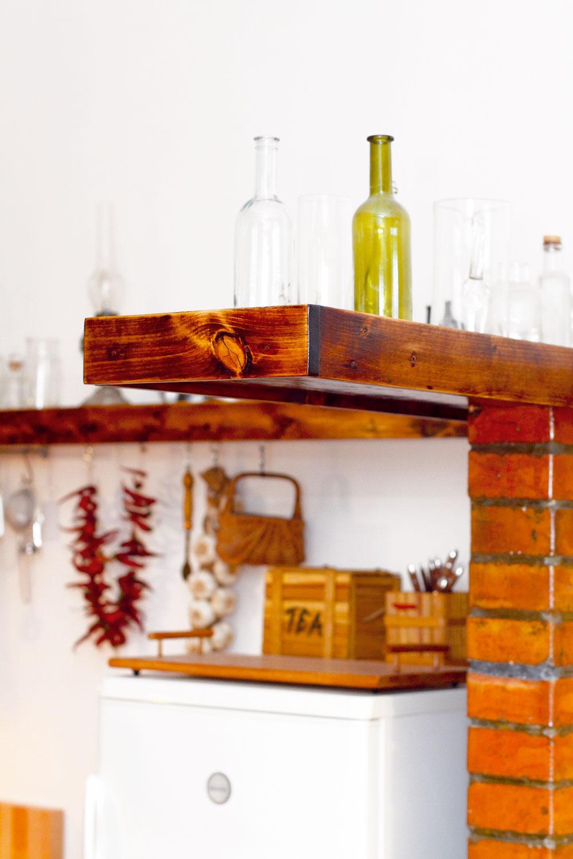 Aj pri zariaďovaní kuchyne vychádzal architekt Krížik ztoho, čo vmiestnosti bolo – pôvodné pracovné predmety využil ako dekorácie.