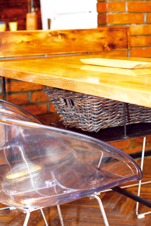"""Taktiež kuchynský stôl je kombináciou tradičných prvkov asúčasného dizajnu – kzákladu zjäklovej konštrukcie amasívnej drevenej dosky pribudla vtomto prípade zásuvka: """"Kedysi mali stoly vždy vstrede zásuvku, takže som sa snažil tento motív oživiť súčasnou výrazovou formou. Odkladací priestor tu plní svoju funkciu, slúži na uloženie príborov azároveň rešpektuje slovenskú tradíciu používania materiálov."""""""