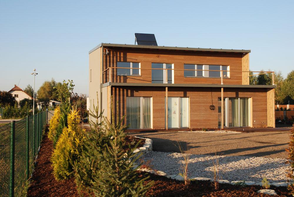 Pasívny dom neďaleko Pardubíc je spoločný vzorový projekt firiem Isover, Saint-Gobain Construction Products, divízia Rigips a Saint-Gobain Construction Products, divízia Weber Terranova. Vďaka takmer ideálnemu pozemku nebol problém s jeho južnou orientáciou. Fasáda otočená k juhu je bohato zasklená a za ňou sa skrývajú spoločenské priestory domu. Veľmi kvalitný a kvalitne spracovaný obvodový plášť je doplnený o moderné technologické zariadenia (rekuperačná jednotka, solárny systém, malé tepelné čerpadlo vzduch/voda).