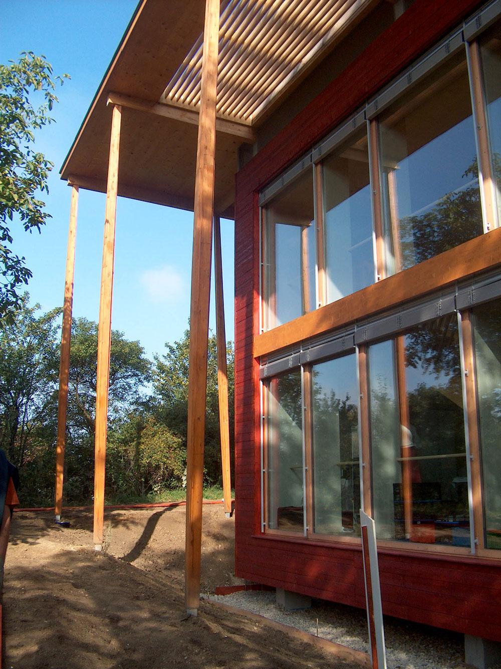Južná fasáda tohto pasívneho domu je vlete zatienená stromami, ktoré však na jeseň opadajú, atak nič nebráni tomu, aby dom využíval slnečnú tepelnú energiu, keď ju najviac potrebuje – vzime.