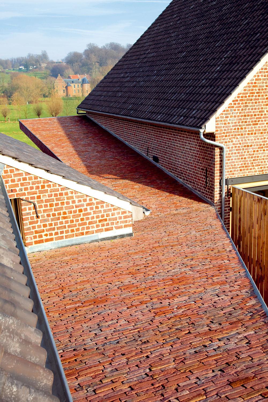 Tehlový obklad jemne odlišuje novostavbu chodby od ostatných častí domu.