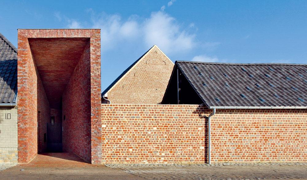 Moderne pôsobiaca vložená chodba, ktorou sa do domu vstupuje, má korene vpôvodnej architektúre – nahrádza hlavné vráta, ktorými sa vchádzalo do vnútorného dvora.