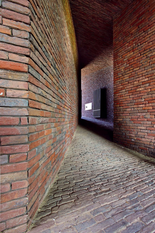 Priestor chodby sa postupne znižuje, zužuje alomí, kto do nej vstúpi, musí sa nechať viesť svetlom na jej konci.