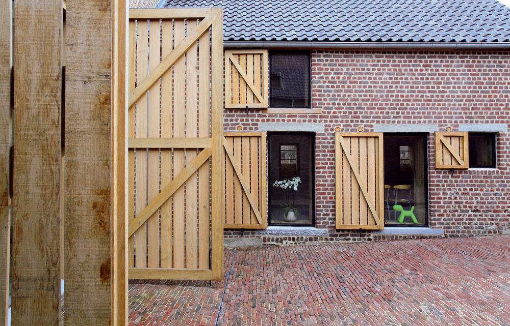Okenice abrány zdubového dreva podčiarkujú vidiecky charakter domu.