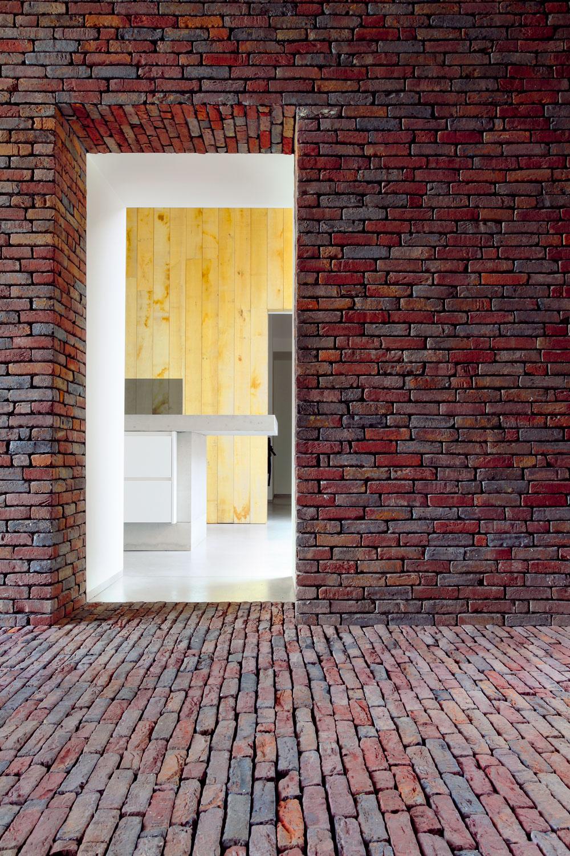 Na rozdiel od tmavej,ale útulne pôsobiacej chodby sú interiéry vzdušné aplné svetla.